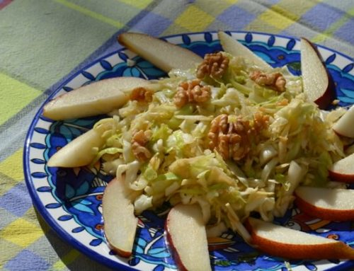 סלט כרוב עם שורש סלרי אגוזים ואגס